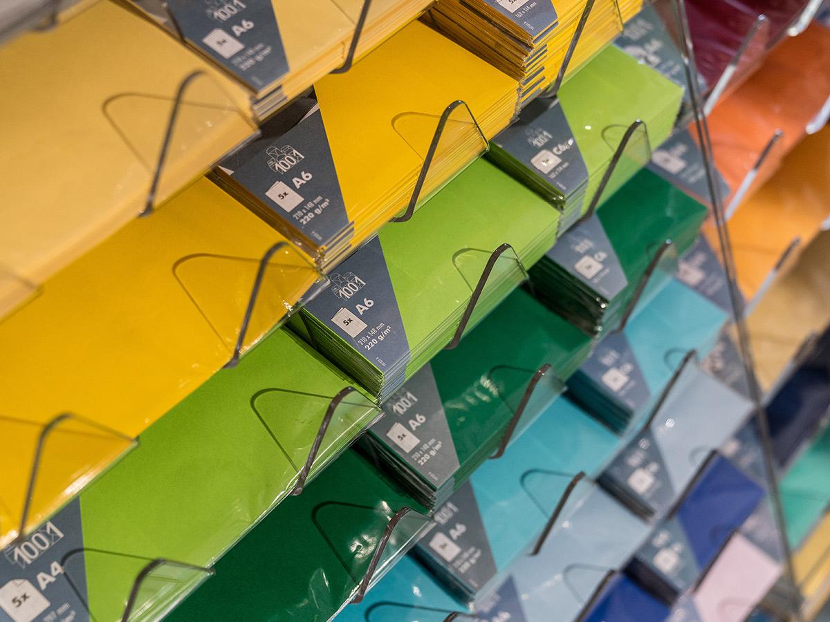 Papierumschläge in verschiedenen Farben und Größen